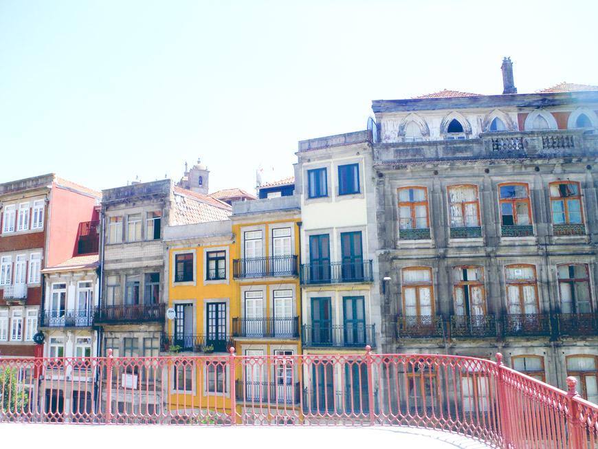 Maisons au portugal excellent maisons de couleur de alfama lisbonne portugal u photo with for Maison prefabriquee au portugal